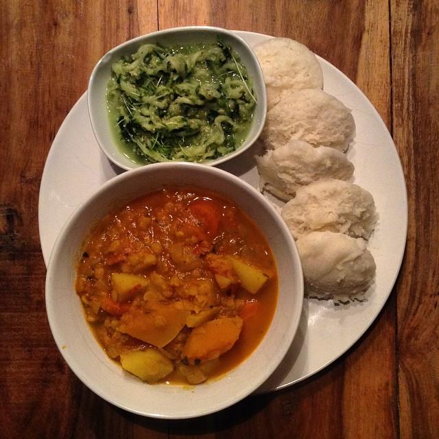 Idli-Gericht mit Sambar und Gurkensalat