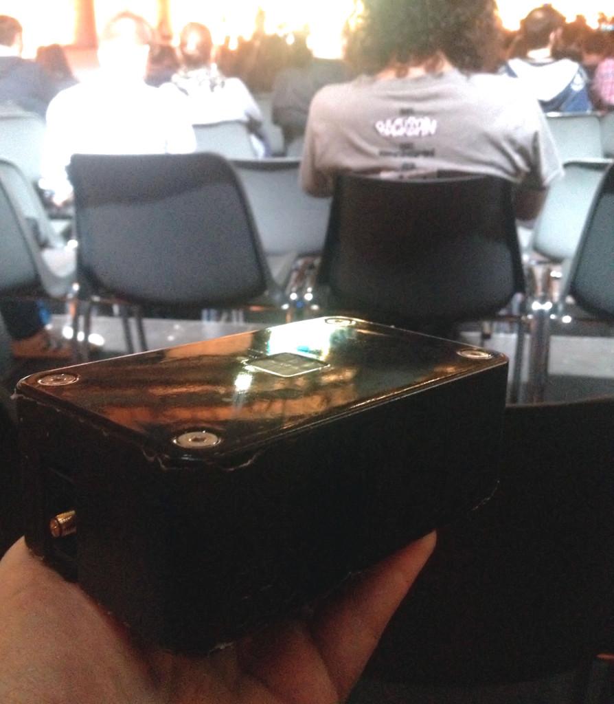 Einer der ersten Prototypen des BRCK, den ich bei der re:publica13 genauer anschauen durfte. Außen abgegriffen, innen ein Kabelchaos und eine LED auf der Oberseite, die leider schon ihren Geist aufgegeben hatte.
