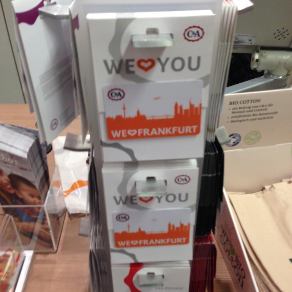 Ein unscharfes Bild von den Gutscheinen an der Kasse beim Frankfurter C&A. Ob wir jetzt für Frankfurter Logos immer nur die Skyline verwenden sollten? Das Thema haben wir im Podcast kurz angerissen. Wirklich nur kurz.