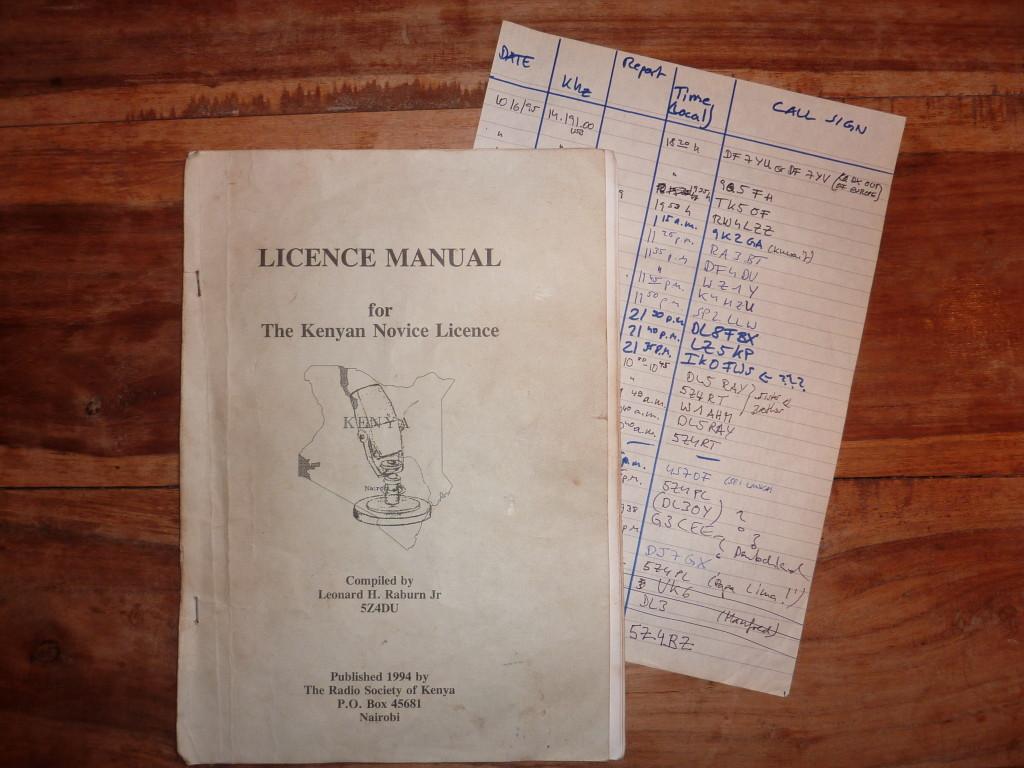 Hinten: die erste Seite ausm Logbuch als SWL. Vorne: Lernmaterial für die in 1994 neu eingeführte Einsteigerlizenz in Kenia. Leider nur für kenianische Staatsbürger.